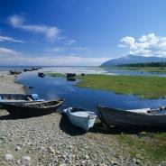 Łodzie na brzegu w Bajkalskoje.